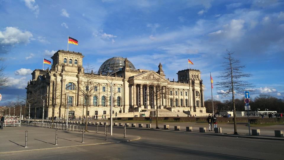 Russische hackers kopieerden e-mails van Merkel bij aanval op Bondsdag