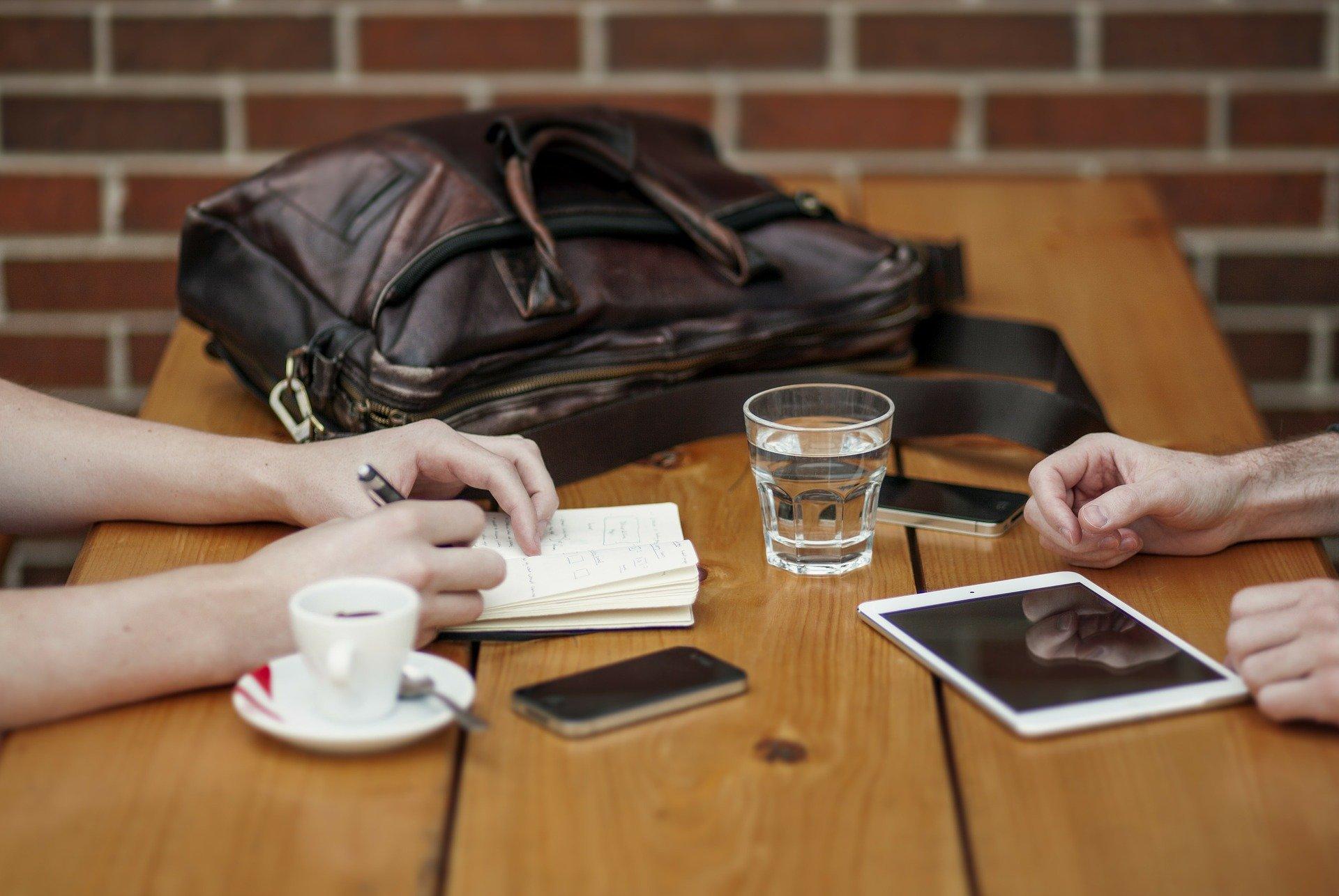 MIVD-baas waarschuwt: telefoons en tablets van tafel bij vergaderingen